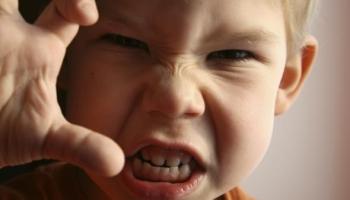 10 τρόποι να αντιμετωπίσουμε την παιδική επιθετικότητα